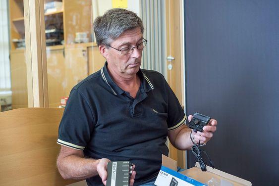 Enkelt og elegant: Ulf Malnes i Oslo Bilstereo viser en DAB+ løsning som enkelt kan bygges inn i alle biler. Selve radioen kobles inn bak dashbordet mens kanalvelgeren sitter på tusiden. Den kan kobles til uten at lednignene kommer til syne.
