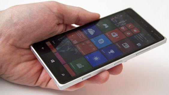 Telefonen er tynnere og lettere enn storebror Lumia 930.