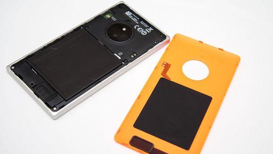 Bakdekselet kan fjernes slik at du for eksempel kan bytte batteri.