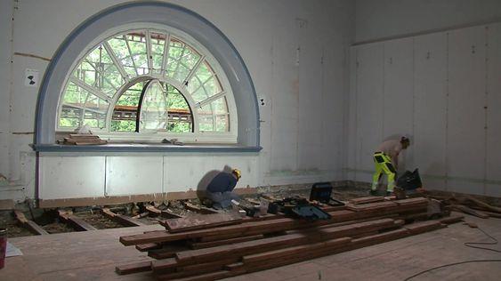Statsbygg bestemte seg for å beholde det originale tregulvet i fem rom. Det betydde at hver og en planke måtte tas opp, det elektriske anlegget legges på plass, for så å legge gulvet på plass igjen.