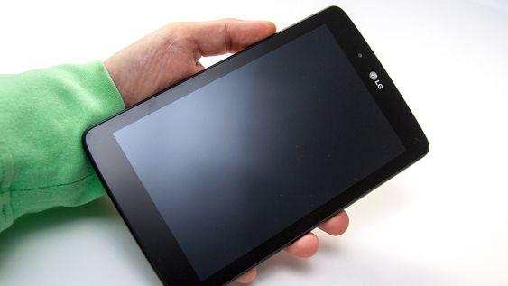 LG G Pad 7.0 kan lett håndteres med én hånd.