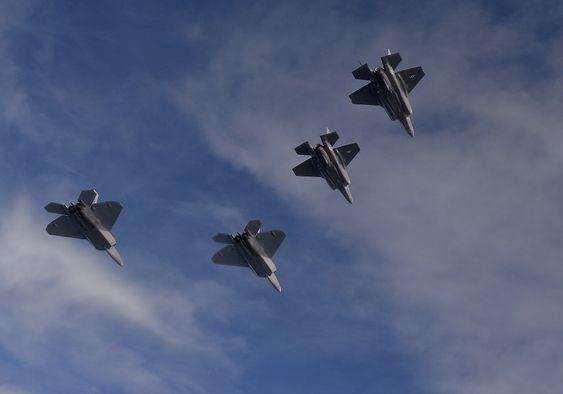 Man trenger ikke være flyekspert for å skille F-22 fra F-35 fra denne vinkelen, det holder å kunne telle til to. F-22 har to motorer, F-35 har én.