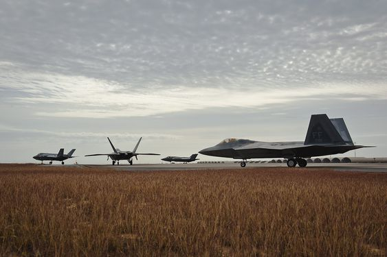 F-22 (nærmest) og F-35 på flybasen Eglin ved Mexicogulfen i Florida.