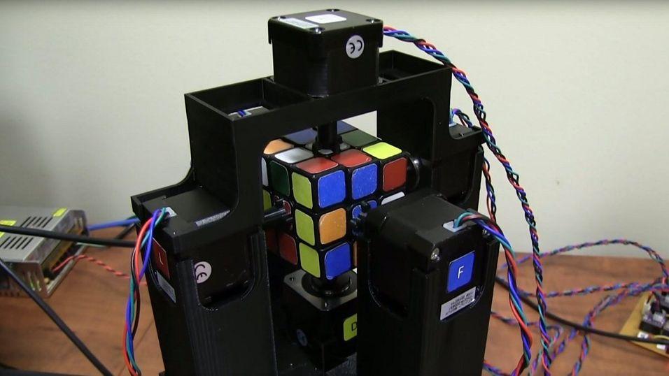 Denne roboten løser Rubiks kube på  ett  sekund