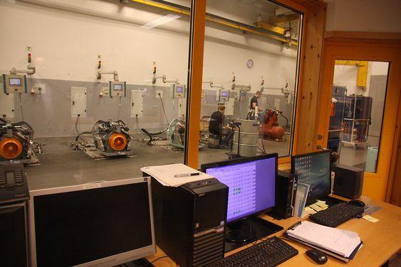 Testbenk: Alle kompressorer blir grundig testet før de forlater fabrikken på Ellingsøy.