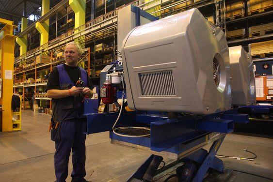 Skid: To nye X-kompressorer satt sammen på en ramme. Klargjøres for levering til et kraftverk som trenger mye trykkluft for å starte store dieselmotorer.