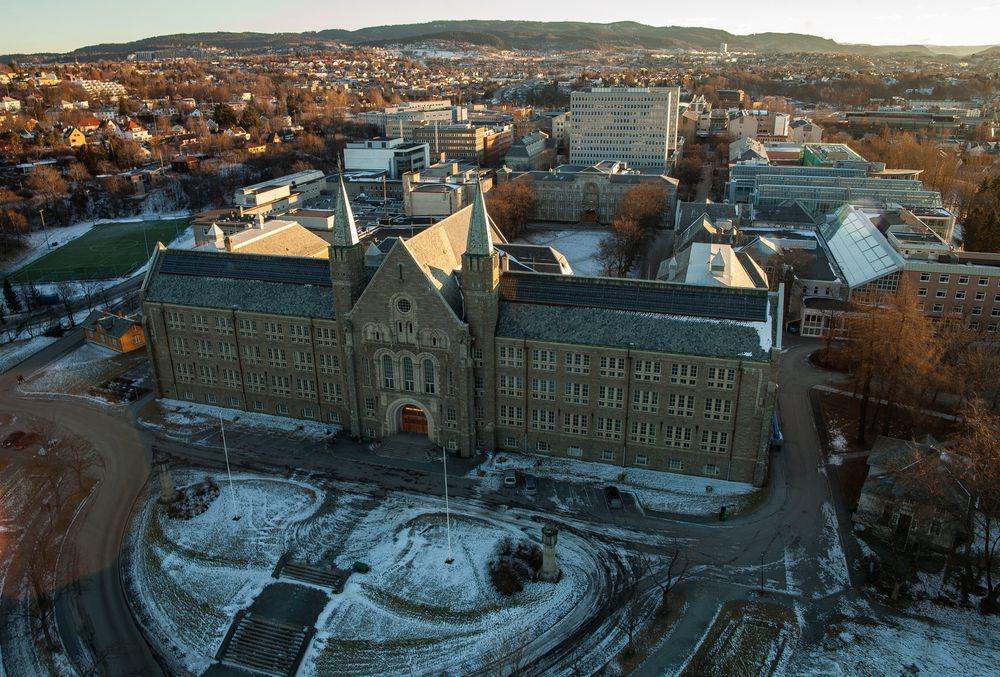 Her er den ærverdige hovedbygningen ved NTNU Gløshaugen i Trondheim.
