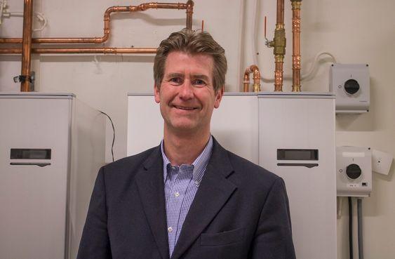 Vil redusere energibruken i boliger: Styreleder i Norsk Varmepumpeforening, Gunnar Solem er bekymret for at utskiftningen av gamle oljefyringsanlegg frem mot forbudet om seks år går for sakte. Og an er ingen tilhenger av varme vannet direkte med strøm.