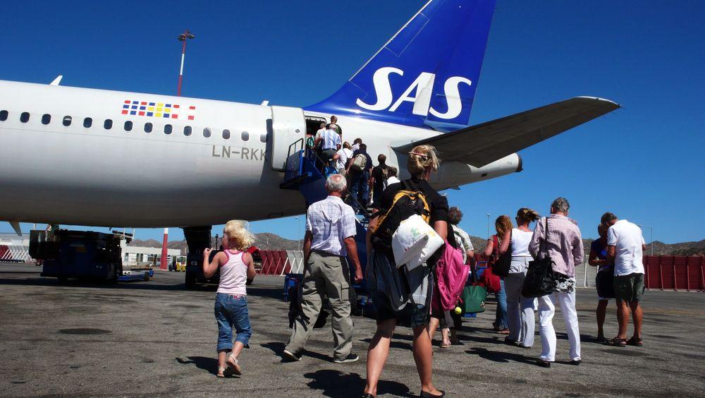 Vrir om: Her går turister om bord på et SAS-fly. Selskapet vil nå forplikte seg til mer miljøvennlig drivstoff.