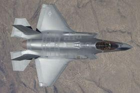 Maskinkanonen på F-35A vises tydelig når man ser flyet ovenfra.