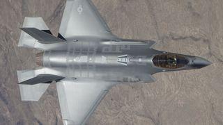 Her skyter F-35 med 25-millimeterkanonen i lufta