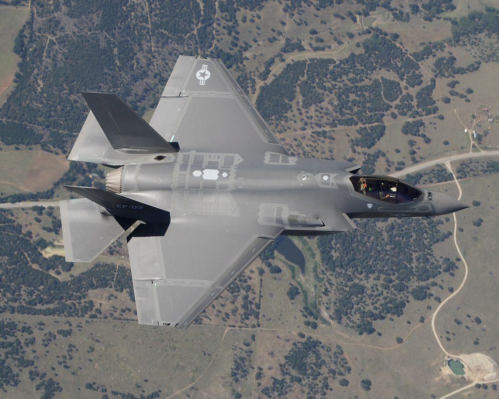 """Her er en F-35C som ikke har innebygd maskinkanon og derfor ikke har den samme """"bulken"""" over venstre luftinntak som F-35A"""