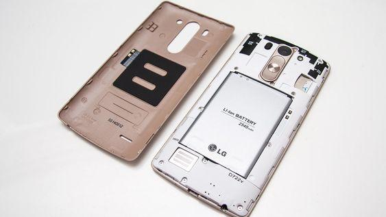 Bakdekselet kan du fjerne. Batteriet kan byttes. Telefonen har ikke trådløs lading.