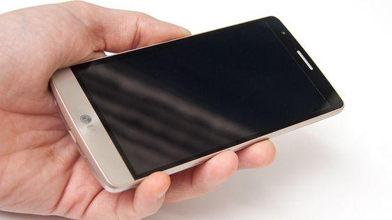 LG G3 S har en størrelse som gjør at den ligger godt i hånda.