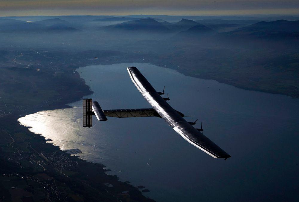Solar Impulse 2: Fra testflyvningen utført i september. Her flyr testpilot Markus Scherdel over Neuchatel-sjøen