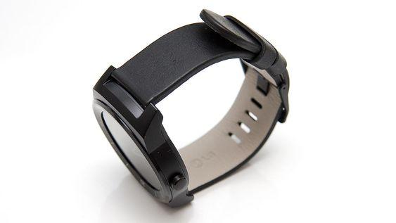 G Watch R er ikke noe monster, men med en centimeters tykkelse er den heller ikke en slank sak.