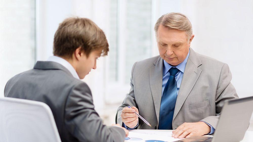Eldre arbeidssøker møter utfordringer når de skal søke jobb.
