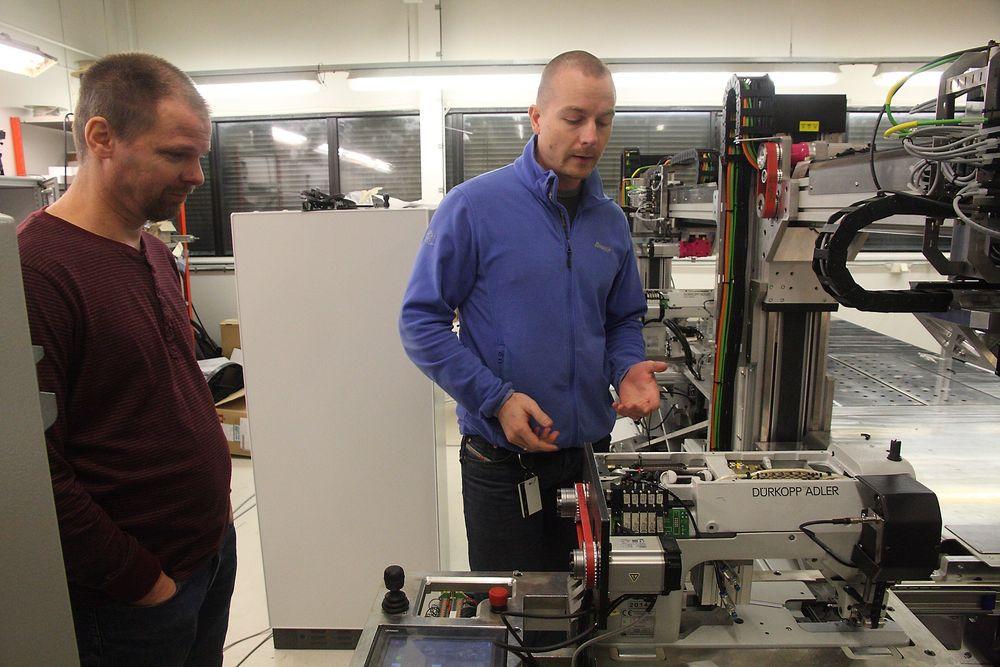 Finale: Terje Riksheim fra Amatec og Svein Even Blakstad fra Ekornes legger snart siste hånd på symaskinroboten før den skal inn i produksjonen.