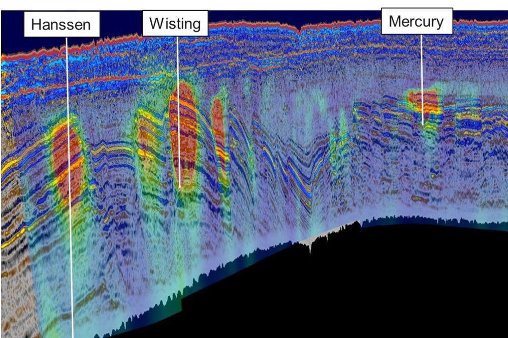 De røde feltene her viser den ekektriske motstanden på Hanssen-, Wisting og Mercury-brønnene. Størrelsen på motstanden representerer i disse tilfellene også i stor grad størrelsen på funnene. På illustrasjonen er 3D CSEM-data fra EMGS overlagt høyoppløselig seismikk fra TGS. Seismikken er gjengitt med tillatelse fra TGS. CSEM-data brukes med tillatelse fra EMGS.