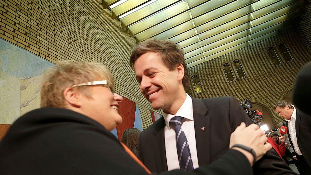 Samarbeidspartienes ledere Trine Skei Grande og Knut Arild Hareide gir hverandre en klem under presentasjonen av statsbudsjettet fredag. Skei Grande sier seg mest fornøyd med at utslippene fra transportsektoren vil gå ned.