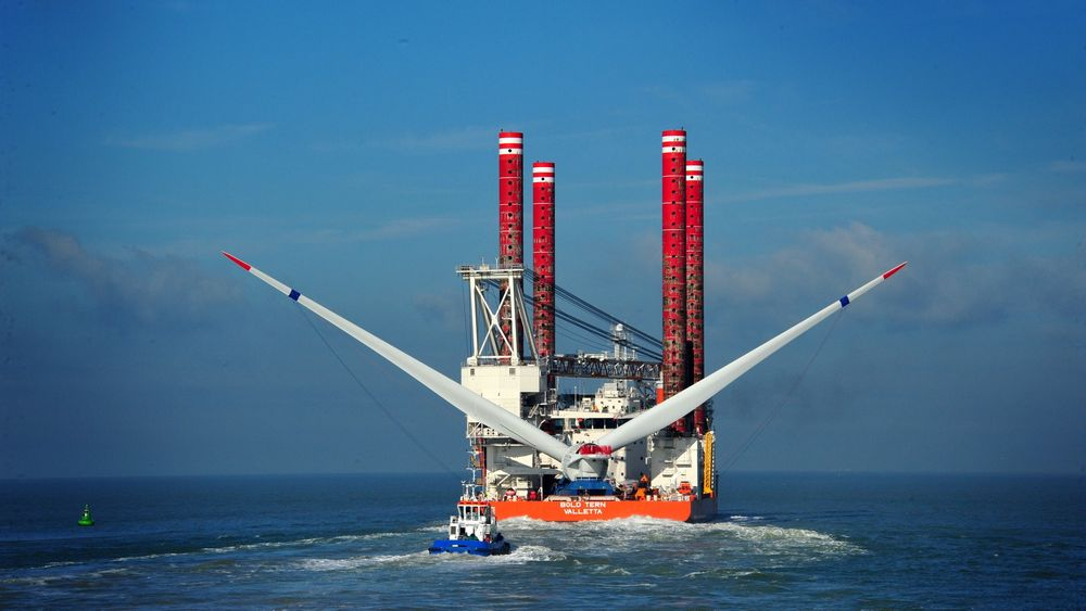 """Det avanserte installasjonsskipet """"Bold Tern"""" eller søsterskipet """"Brave Turn"""" seiler neste år til USA for å installere det som kan bli USAs første havvindturbiner. Skipene eies av Fred. Olsen Windcarrier, som satser på havvind i USA."""