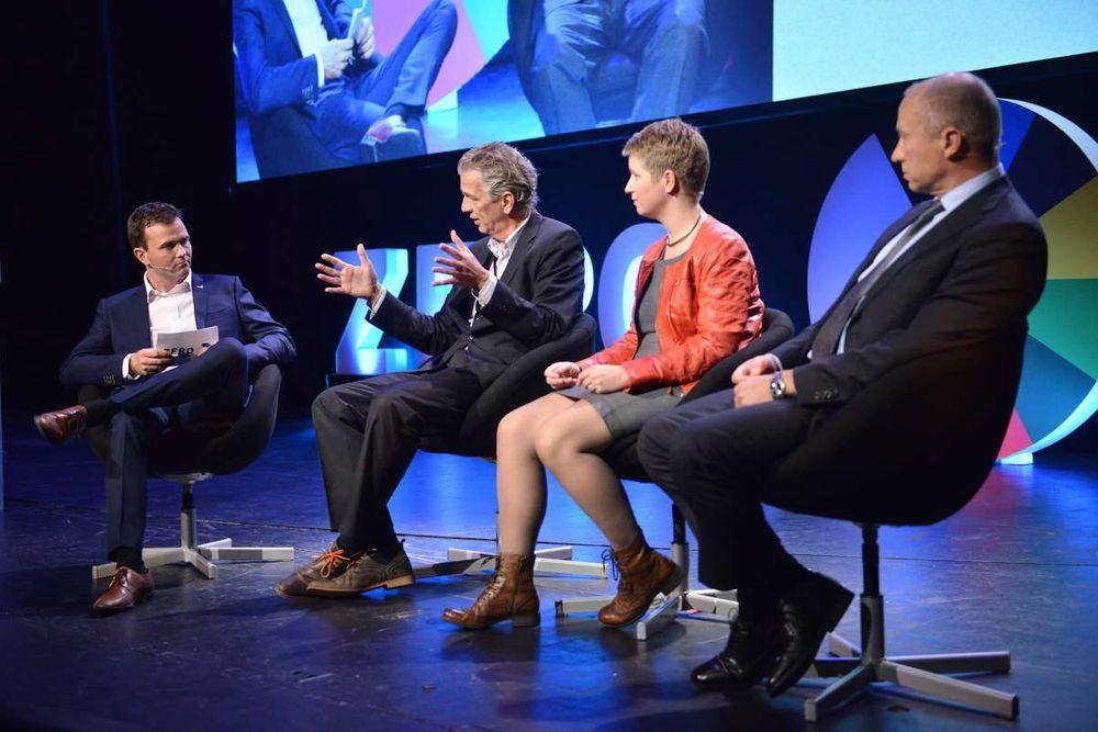 Det er farlig å spå om fremtiden, sa Statnett-sjef Auke Lont, men gjorde det likevel på årets Zero-konferanse.  Fra venstre: Marius Holm (Zero), Auke Lont (Statnett),  Siri Hall Arnøy (Zero) og Christian Rynning-Tønnesen (Statkraft).