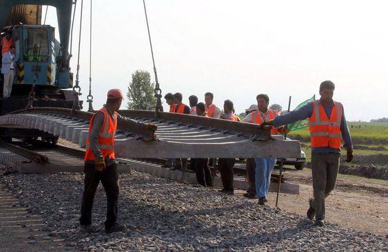 Her bygges jernbanen mellom Mazar-e-Sharif og Hairatan.
