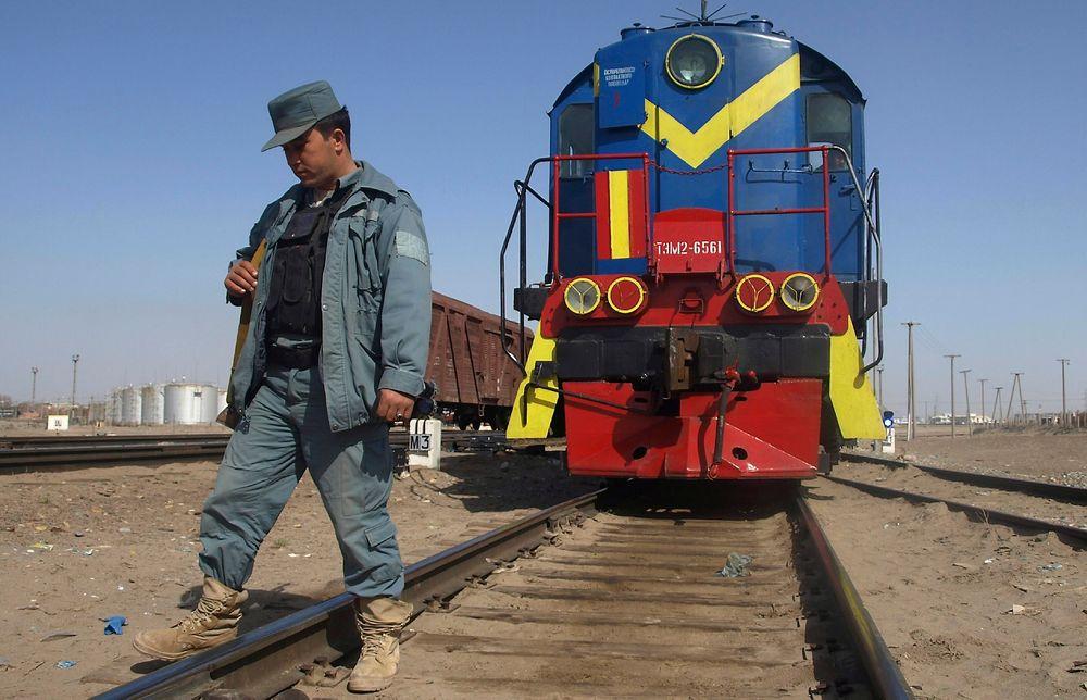 En av de mange politimennene som vokter jernbanelinjen i det nordlige Afganistan.