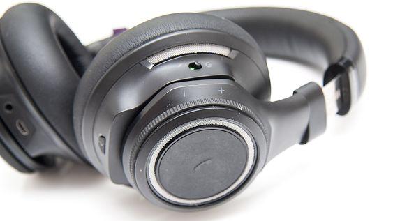 Hjulet på høyre øreklokke har volumkontroll. Her finner du også av- og på-bryter, «Open Mic»-tast, og svare/pare-tast.