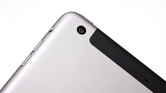 Kameraet på baksiden er det samme som på forgjengeren, og har 5 megapikslers oppløsning.