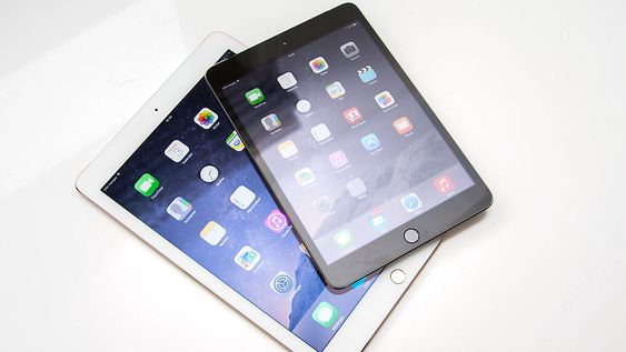 Apple iPad Mini 3 har 7,9 tommers skjerm. Storebror iPad Air 2 har 9,7 tommers skjerm.