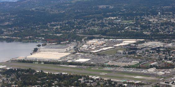 Her i Renton, like sør for Seattle, produserer Boeing sine 737 i en voldsom takt. For tida rulles det ut 42 B737-er i måneden, hvilket skal økes til 47 når Max settes i produksjon og deretter til rekordraten 52 fly per måned.