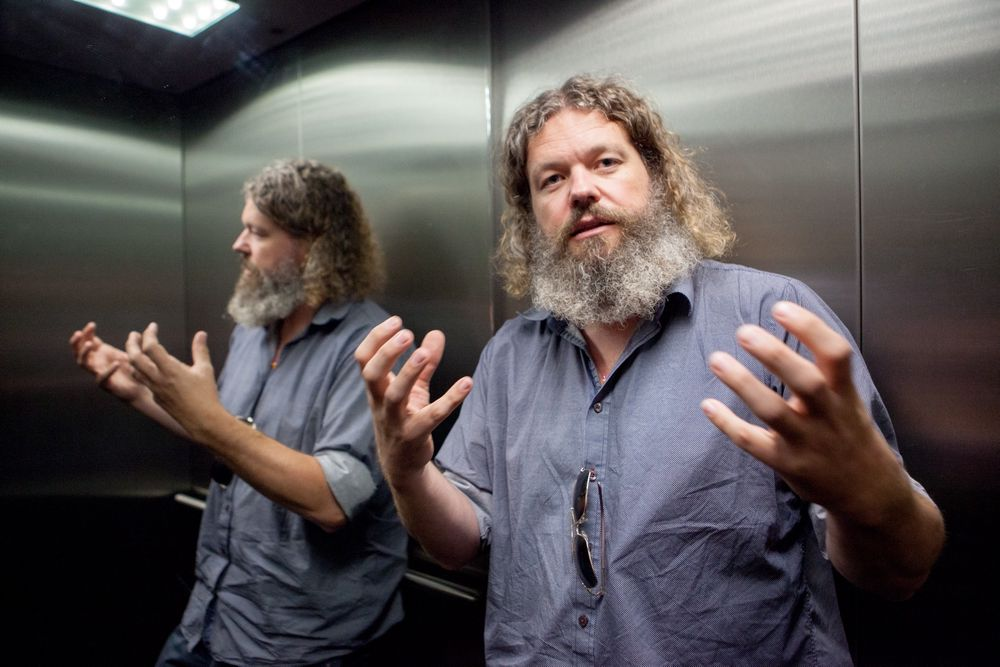 En meget engasjert Torgeir Waterhouse snakker begeistret om nye teknologier.