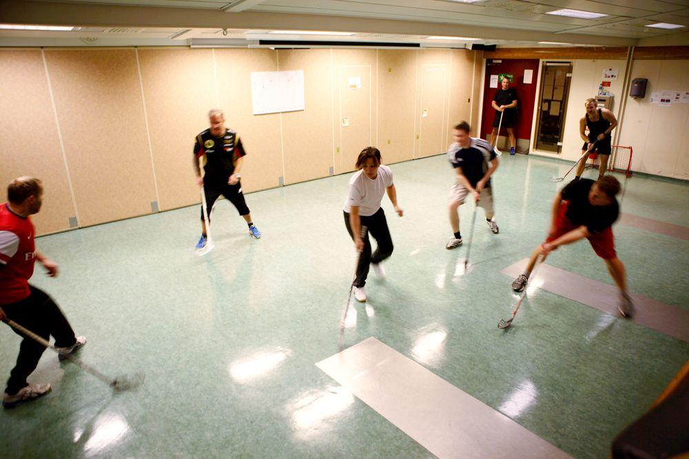 Fysisk aktivitet er viktig for arbeiderne på sokkelen. Her er et knippe ansatte på Statfjord B i full gang med innebandykamp. Nå kan du være med å kåre Norges beste innretning på norsk sokkel.
