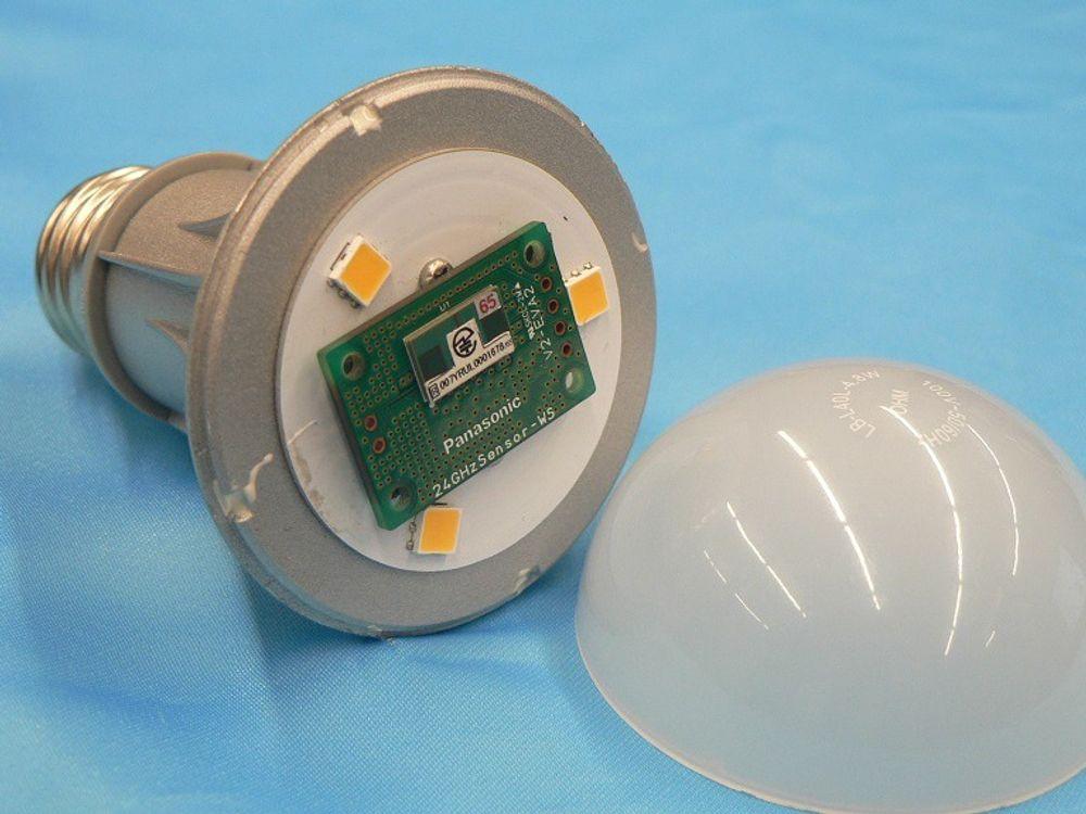 Lyspære med radar og wifi: Ved å utstyre en LED-lyspære med en radarsensor og wifikommunikasjon kan den overvåkte tilstanden til eldre personer i rommet. Foto: Nikkei Digital Health