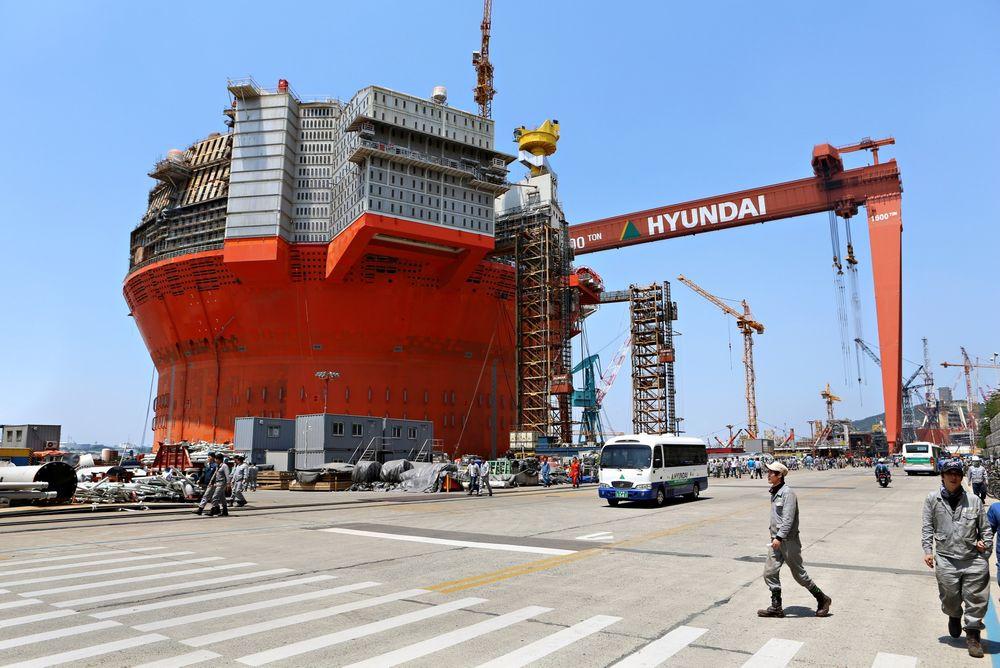 Til Barentshavet: Verftsarbeiderne på Hyundai har jobbet døgnet rundt for å forsøke å få Goliat-flyteren klar til utseiling denne våren. Det gikk ikke, prosjektet i Barentshavet er nok en gang utsatt. alle foto: Roald Ramsdal