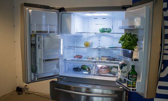 Fransk åpning: Samsungs nye kjøleskap i French Door serien kan produsere is, kaldt vann og kaldt vann med kullsyre i døra. I tillegg har det en skuff for ekstra kald oppbevaring som kan stilles mellom minus en og pluss frem grader slik at kjøtt og andre matvarer holder seg mye lengre. Helt i bunnen er det en svær kjøleskuff organisert med en indre skyveskuff for best mulig oversikt.