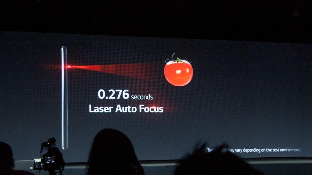 En laser på baksiden hjelper kameraet med å fokusere.