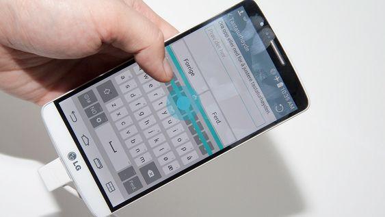 Det er mulig å justere høyden på tastaturet for at det skal passe tomlene dine bedre.