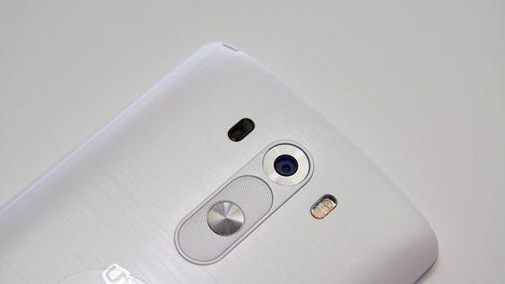 Laseren sitter til venstre for kameraet. På baksiden sitter for øvrig telefonens taster.