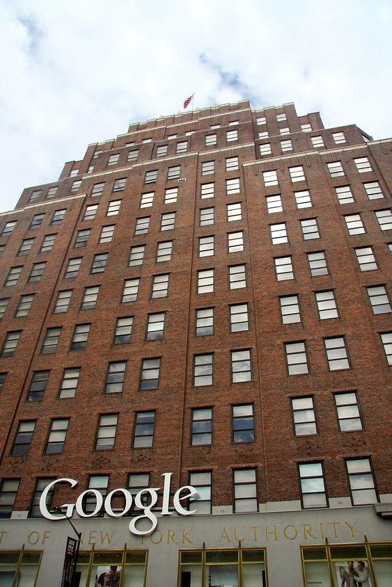 111 8th Avenue ruver i Chelsea-distriktet i New York, og er totelt sett byens fjerde største bygning.