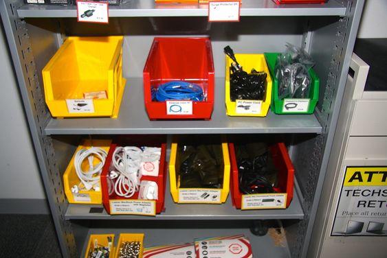 En effektiv arbeidsflyt krever tilgang på nødvendig utstyr. Bokser som dette er plassert i hver avdeling.