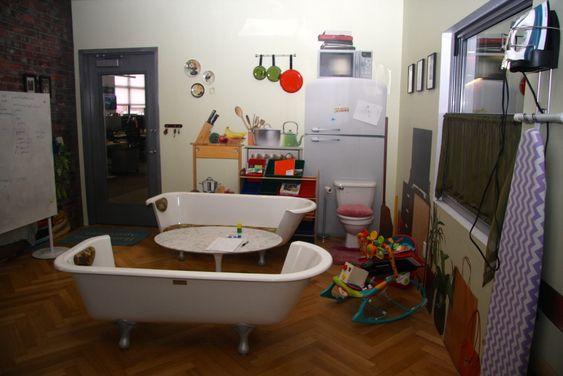 - Et møterom utformet som en typisk, trang New York-leilighet.