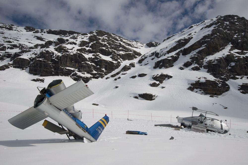 Hovedrotorbladene på AS350-en ble bøyd ned mens de fortsatt roterte og kuttet av halebommen som deretter ble slengt 17 meter fra resten av helikopteret. Ingen av de fem om bord kom til skade.
