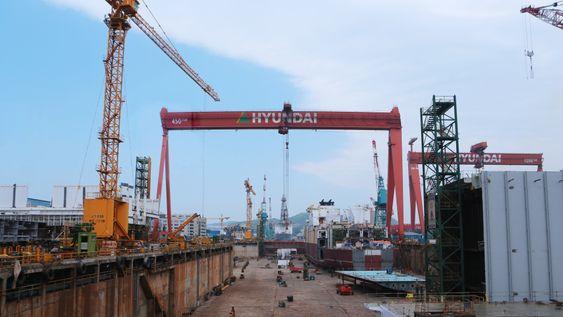 Tørrdokk på skipsverftet til Hyundai Heavy Industries i Ulsan, Sør-Korea.
