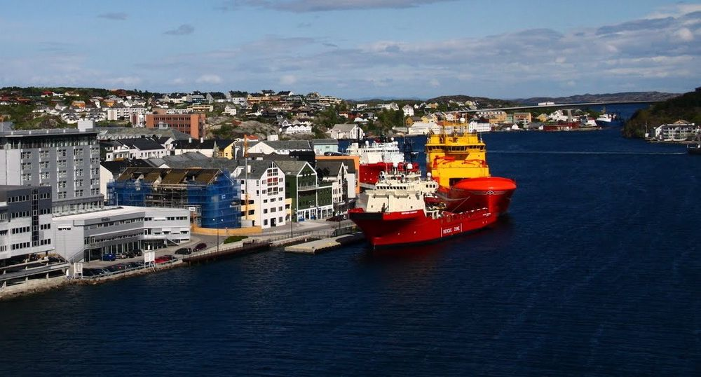 Sot og støy: Hvert døgn ligger tre-fire forsyningsskip til kai i Kristiansund. Det betyr mye lokal forurensning og støy. Med landstrøm skulle  problemet fjernes. Det vil ta litt mer tid enn først antatt.
