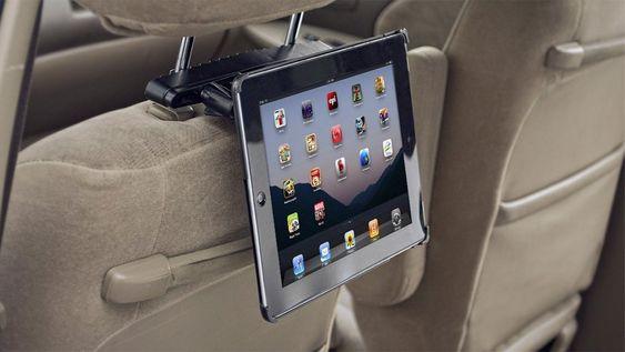 Denne iPad-holderen fra Arkon lar deg feste iPad-en til nakkestøtten i bilen.