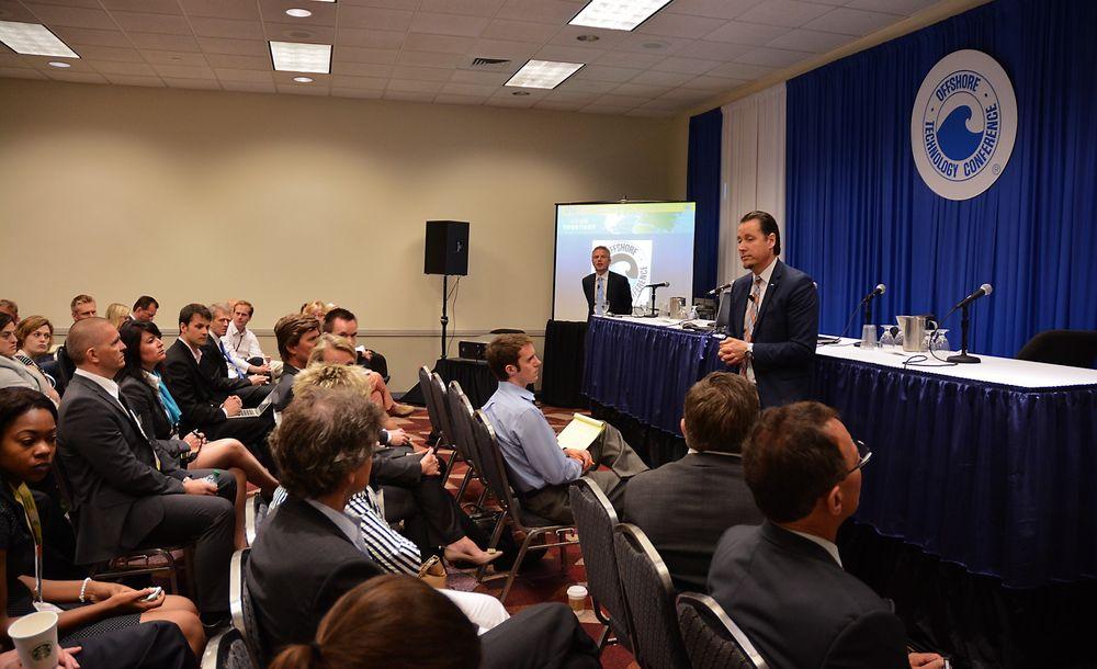 Remi Eriksen i DNV GL (til høyre) annonserte onsdag på en pressekonferanse i Houston at de kjøper opp Trondheim-bedriften Marine Cybernetics. Stein Eggan i Marine Cybernetics mener et oppkjøp er et naturlig steg for bedriften.