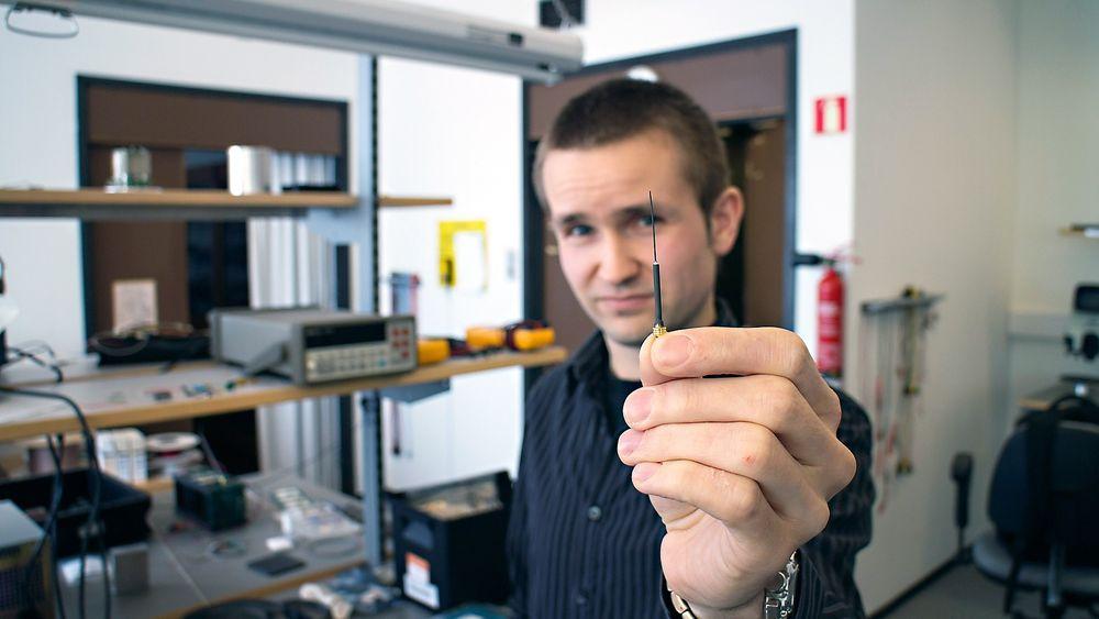 Ørliten: Tore André Bekkeng i Eidel og ved UiO har vært med å utvikle m-NLP-instrumentet som skal gi data til romværvarsling. Den knøttlille antennen, en såkalt Langmuirprobe, er alene om å kunne gi data helt ned i meterskala.