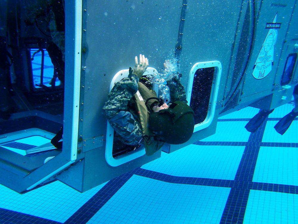 Et helikopter som havner i sjøen vil (ifølge flere rapporter gjengitt i CAP 1034) som oftest kantre og/eller synke. Og ved slike ulykker er den primære dødsårsaken drukning. Her er det amerikanske militære helikopterbesetninger som trener på undervannsevakuering.